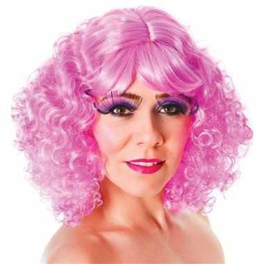 Roze pruik pony krullen carnaval